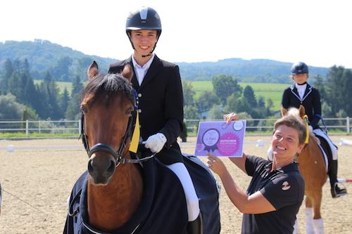 Den Gesamtsiegern wurde ein Gutschein für eine vollständige Turnierausrüstung überreicht. Am Foto: Jonas Frick mit Sponsorin Michaela Bernold.