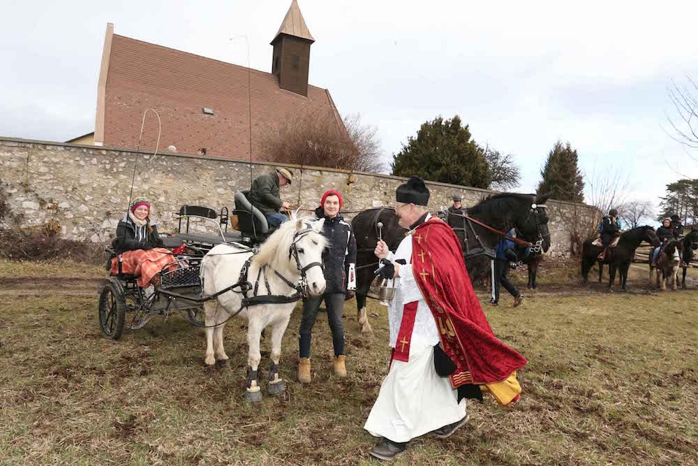 Die Reiter und Gespanne des Stephani-Ritts vor der Wallfahrtskirche Schwarzensee im Wienerwald. Foto: privat.