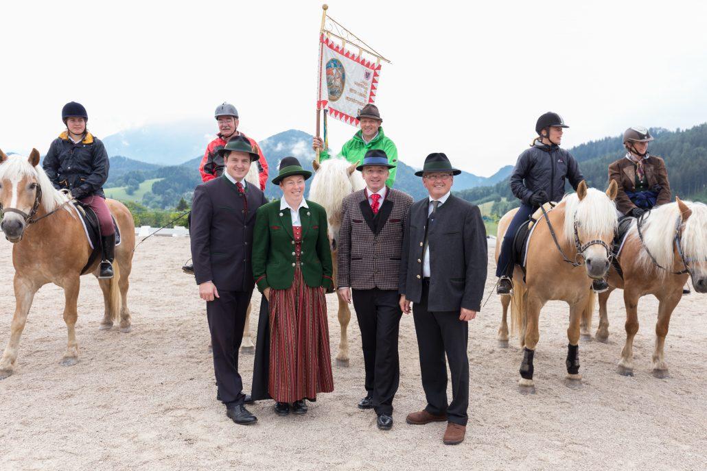 Johannes Schmuckenschlager (1. v li) und Otto Kurt Knoll (2. v re) beim Abschlussfestakt der 4. NÖ Rosswallfahrt (2015) auf dem Joachimsberg (im Hintergrund der Ötscher) mit Reitern (mit Standarte des NÖ Pferdesportverbandes). © NOEPS