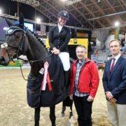 Zur Siegerehrung war Günter Keglovits von ERREPLUS persönlich gekommen. Gemeinsam mit Turnierchef Michael Rösch Junior gratulierte er den Siegern persönlich. © Horse Sports Photo