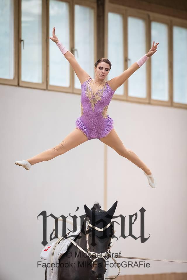 Nach ihrem Verletzungspech bei den Weltreiterspielen in Tryon, sicherte sich Daniela Fritz vom URC Wildegg zum Saisonabschluss noch den NÖ Landesmeistertitel im Voltigieren der Damen. © Michael Graf