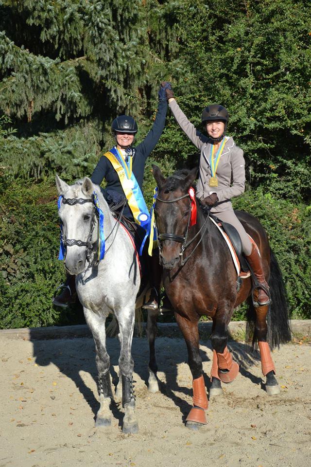 Landesmeisterin Claudia Trümmel und Vizelandesmeisterin Daphne Lorenz strahlten mit der Herbstsonne um die Wette. © privat