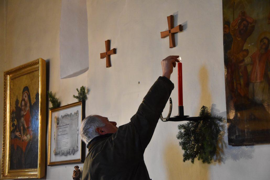 Schöner Brauch: Entzünden einer roten Kerze vor dem alten Stephanusbild. © NOEPS