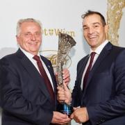 """Gregor Högler erhielt den ersten Hero in der Kategorie """"Trainerpersönlichkeit des Jahres präsentiert von P.O.S. Marketing"""". © BSO/Hagen"""