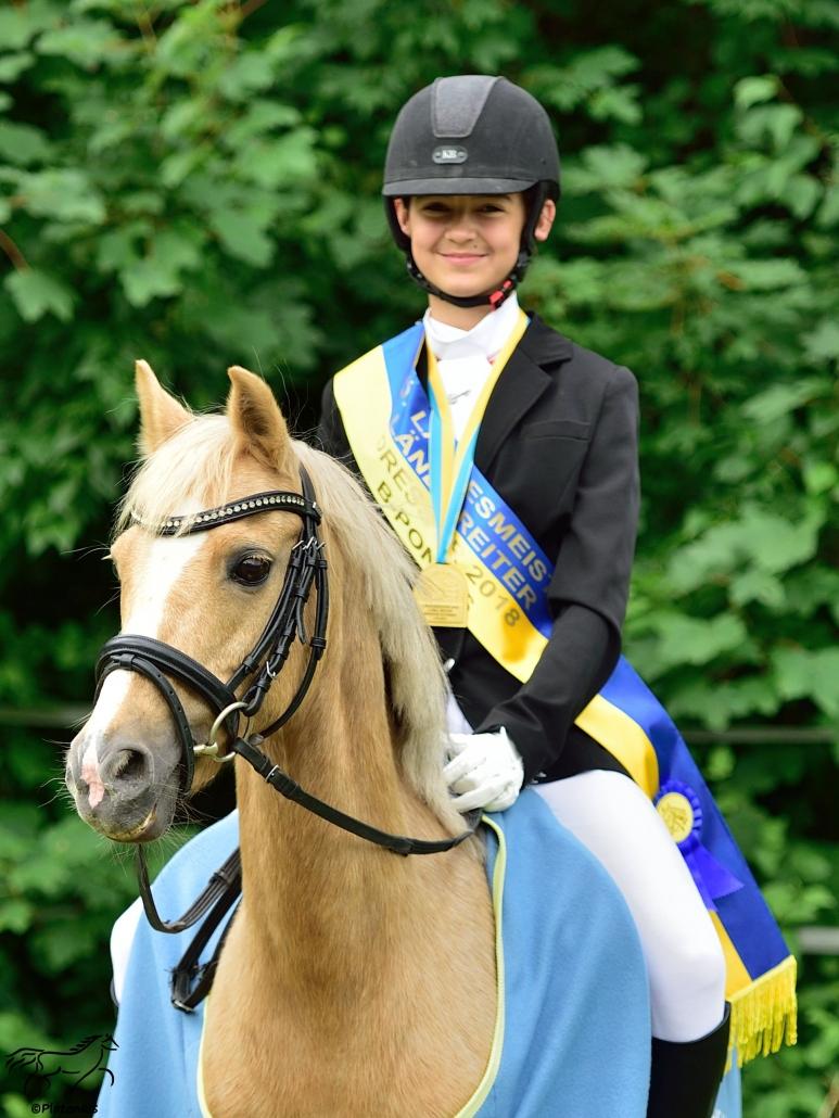 Mara T. Bauer wurde in St. Pölten Landesmeisterin der Ländlichen in der B-Pony Dressur. © Mühlbachhof-Bartmann