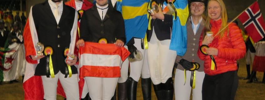 Siegerehrung der Mannschaftswertung Dressur. Auf dem zweiten Platz v.l.n.r. David Stumpauer, Alexandra Schlaipfer und Rebecca Ruff. © Joel Thompkins