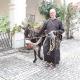 Kapuzinerbruder vom Kloster Wiener Neustadt mit einem Esel vor der Kapuzinerkirche Wiener Neustadt. © KapuzinerWienerNeustadt