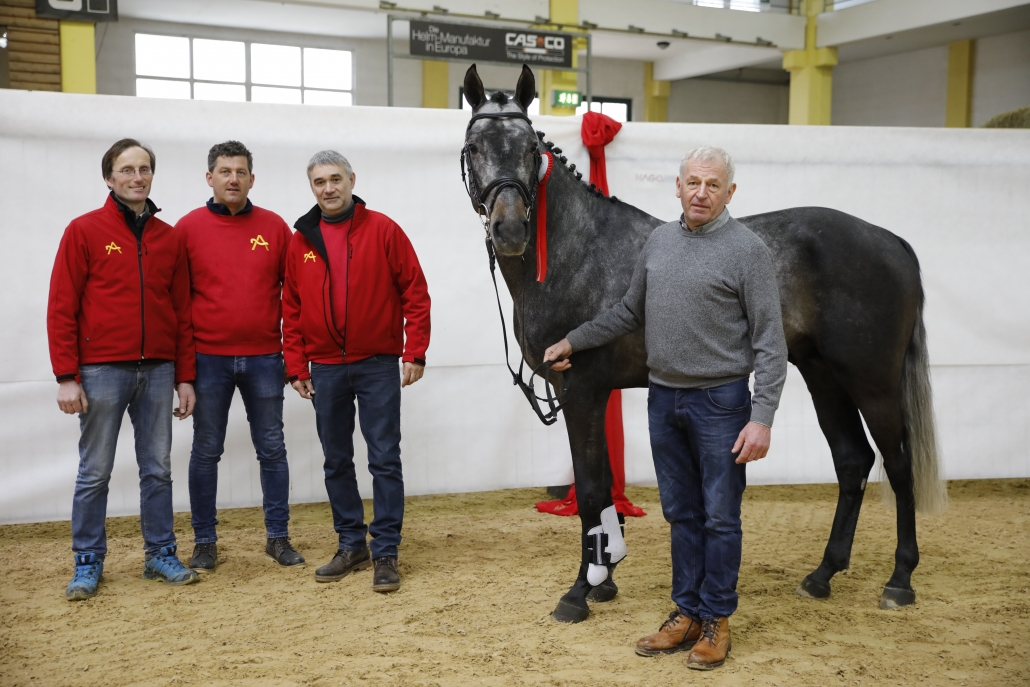 Staphael II mit seinem neuen Besitzer Josef Weishaupt und Züchter Gerhard Wippl. © Team Myrtill