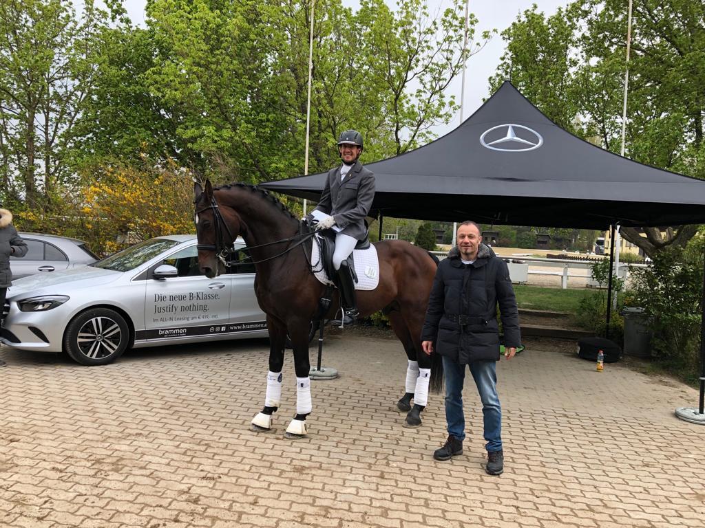 Geschäftsführer Gerhard Brammen gratuliert Csaba Szokola, dem Sieger der Mercedes Brammen-Wertung, im Namen vom Autohaus Brammen in Baden. © RS Kottingbrunn