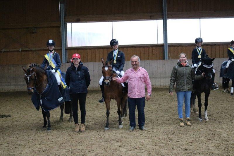 Die Ländlichen NÖ Landesmeister Pony Jugend Dressur: Pribil-Sumetsberger Leona / Mentor EM, Bader Valeria / Asterix VB, Staufer Selina / Pearcy Jackson. © privat
