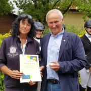 Karin Karlovatz wurde vom Präsidenten des NÖ Pferdesportverbandes NOEPS Ing. KR Gerold Dautzenberg mit dem Goldenen Ehrenzeichen des NOEPS ausgezeichnet. © NOEPS