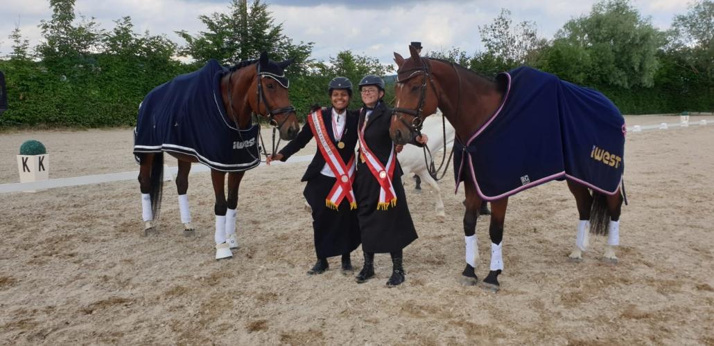 Die strahlenden ÖM Meisterinnen Damensattel Yasmina Peschke und Nicole Heinisch. © Christa Schuh