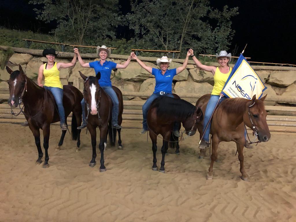 Das blau-gelbe Mädelsteam bei der BLMM Westernreiten in der Steiermark. © privat