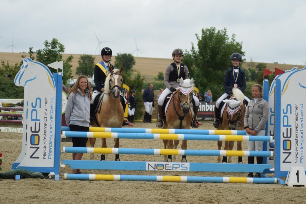 Die Landesmeisterin Jugend/Junioren und die Platzierten: Caroline Isabelle Dubsky, Lisa Pribil-Sumetsberger, Leona Pribil-Sumetsberger. © Lisa Schwaiger