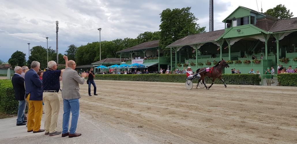 Applaus für den Sieger im 1. Österreichischen Preis des Niederösterreichischen Pferdesportverbandes NOEPS beim BTV Renntag in Baden am 7. Juli 2019. © NOEPS