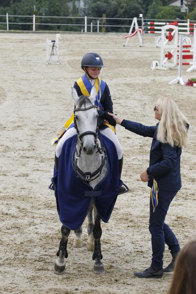 NOEPS Ponyreferentin Uschi Seipel gratulierte Adina Neuretter zum NÖ LM Titel bei den Kleinponies und in der Klasse Pony Jugend. © Krisztian Buthi