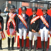 Die strahlenden Österreichischen Meister im Springreiten B-Pony & Pony Nachwuchs. © Fotoagentur Dill