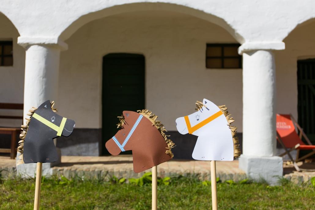 Steckenpferd-Basteln gibt's für die kleinen Besucher der Pferdekraft-Tage im Weinviertler Museumsdorf Niedersulz. © Roman Jandl