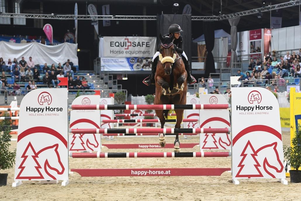 Sensationell! Platz 3 für Bianca Babanitz (AUT/B) im 1,45 m hohen mit 24.500 Euro dotierten HAPPY HORSE Preis. © HORSIC.com