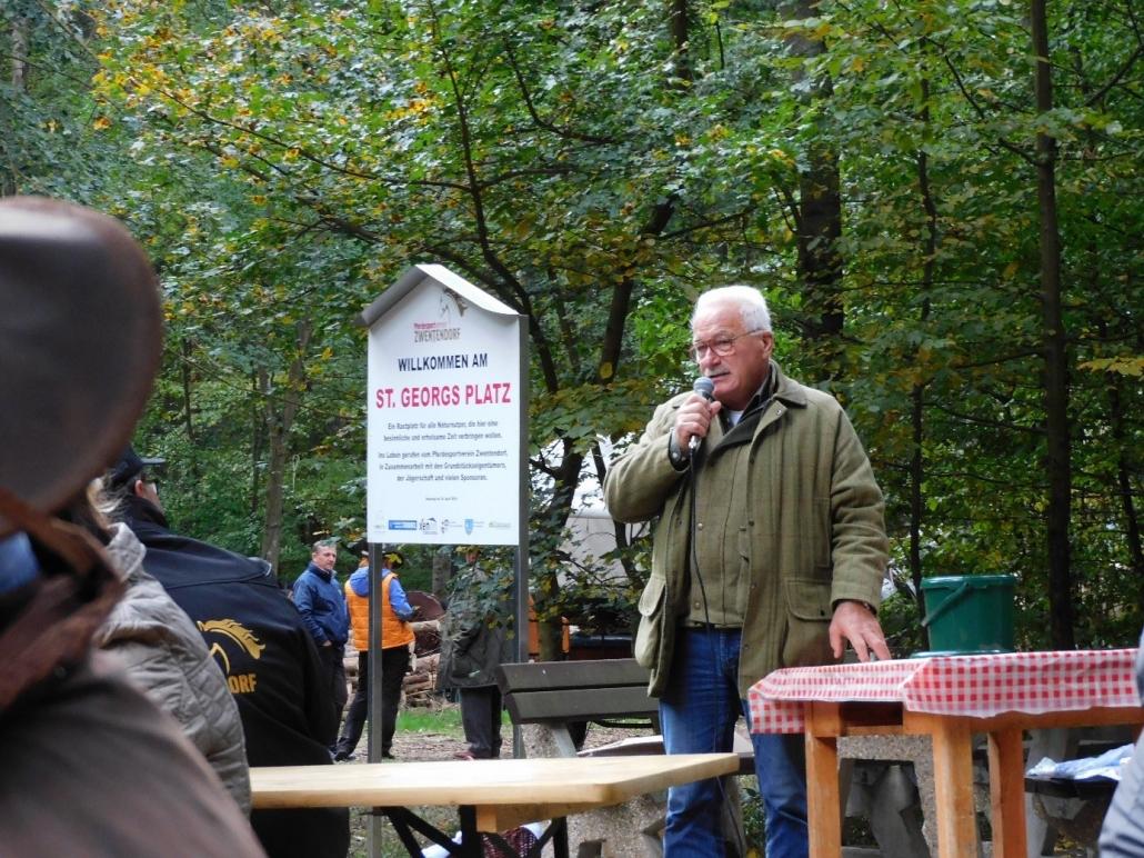 Wolfgang hält eine kurze Rede zum Gedenken an Peter Hinterberger