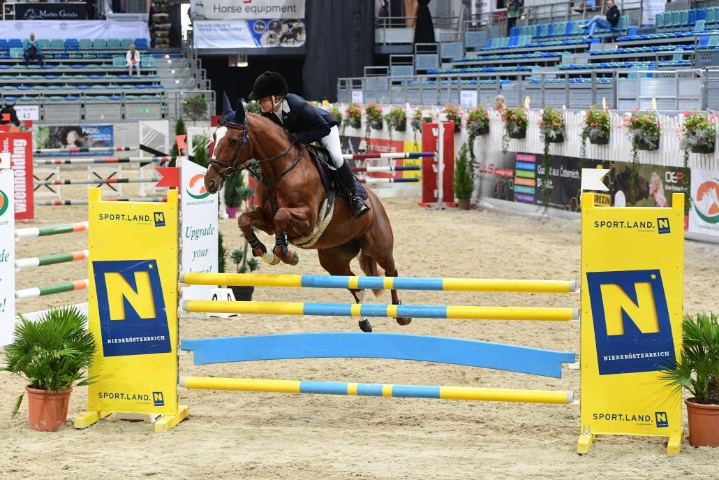 Die Niederösterreicherin Sophie Zinsmeister sicherte sich den Sieg in 1,20 m hohen VIP Tour. © HORSIC.com