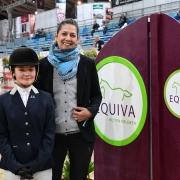Daniela Wolf (EQUIVA) gratulierte der strahlenden Sophie Zinsmeister (NÖ) zum Sieg in der EQUIVA VIP Tour. © HORSIC