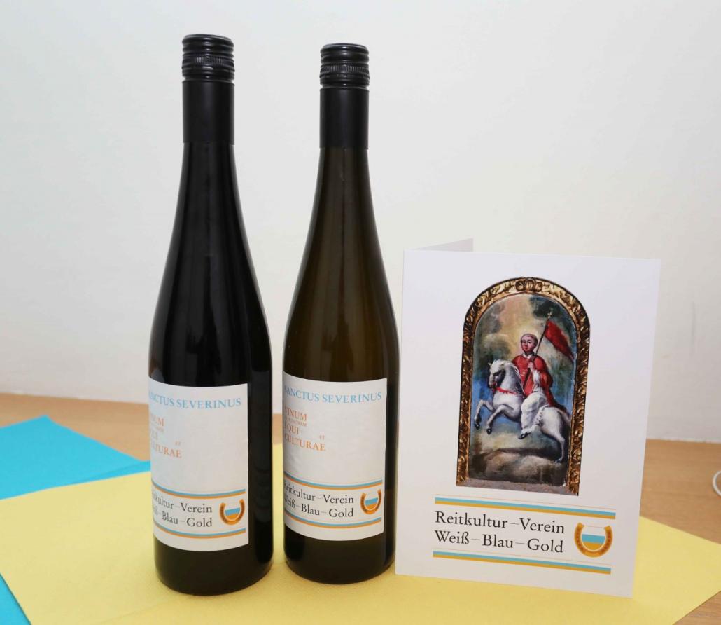 """Der neu kreierte Vereinswein des Reitkultur-Vereins Weiß-Blau-Gold """"Sanctus Severinus"""" zu Ehren des Rosses und der Kultur. © Reitkultur-Verein Weiß-Blau-Gold"""