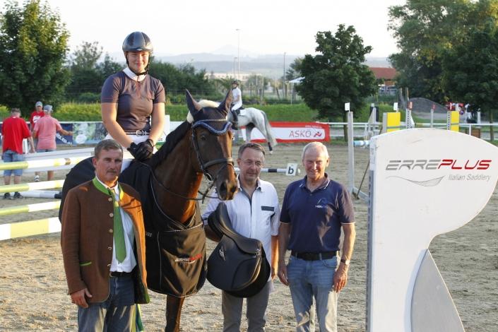 Günter Keglovits gratulierte gemeinsam mit NOEPS Präsident Gerold Dautzenberg und Springreferent Martin Goiser. © Krisztian Buthi