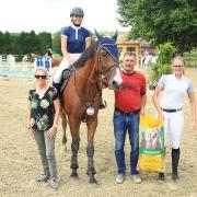 NOEPS Springreferent Martin Goiser (2. von rechts) gratulierte Jona Leonie Pirkner zum Sieg in der Marstall Einsteiger Trophy in Siegersdorf. © happyhippo