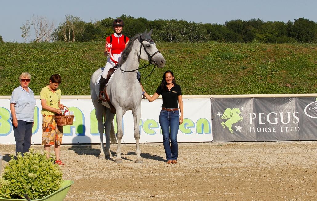 Michaela Eisner gratulierte Pegus Cupsiegerin Barbara Luegmayer-Latschbacher. © Krisztian Buthi