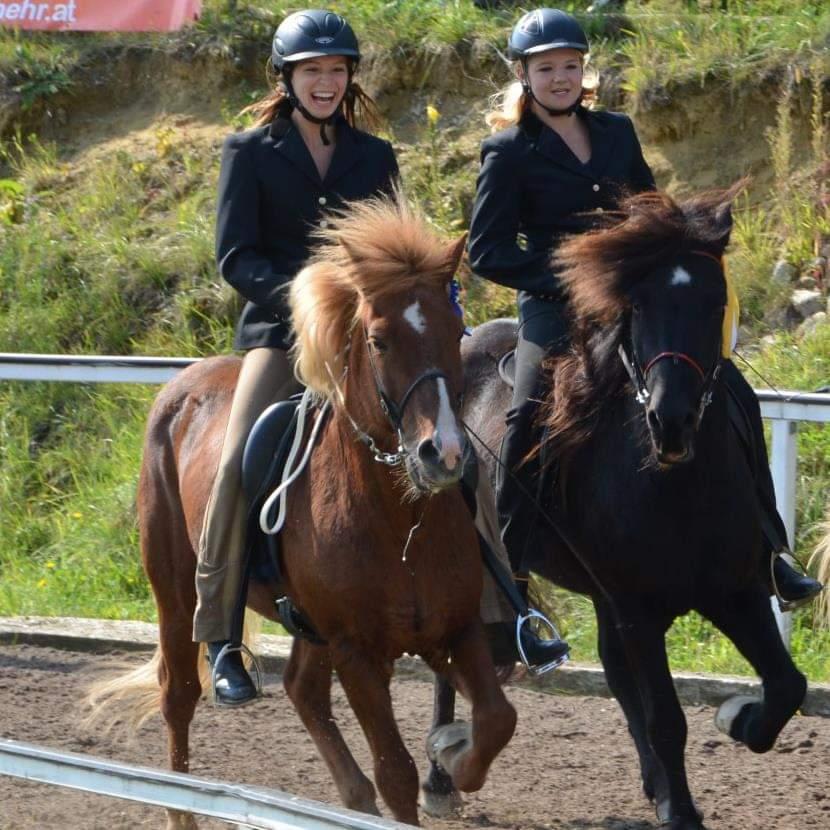 Die frisch gebackenen Übungsleiterinnen Anna-Sophie Zitterbart und Clara Reitan mit Ihren Pferden Sigtyr und Einar. © privat