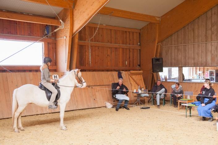 Gerd Heuschmann war am 19. und 20. September im Islandpferdezentrum Forsthof zu Gast um Ausbildungsprobleme des Pferdes mit klassischer Reitlehre und biomechanischem Wissen zu lösen. © Islandpferdezentrum Forsthof
