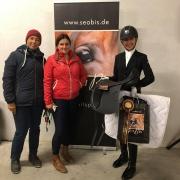 Tamara Brandner von sattelcheck.at gratulierte im Namen von SeaBis Reitsport Finalsiegerin Selina Schromm und Trainerin Natascha Rybicki zum Erfolg. © privat