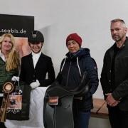 Sabrina Schellenbauer (links) und Herbert Ebner (rechts) gratulierten Selina Schromm (2. von links) gemeinsam mit SeaBis Cup-Initiatorin Tamara Brandner. © privat