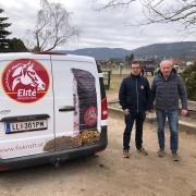 Fixkraft Futtermittelexperte Matthias Eckmayer und NOEPS Springreferent Michael Rösch freuen sich über die neue Kooperation für den Fixkraft Vereinscup 2021. © privat