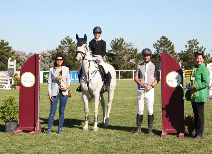 Daniela Wolf (ganz links) gratulierte im Namen von EQUIVA Wr. Neustadt der Siegerin und den Platzierten persönlich zu den Erfolgen in der EQUIVA Trophy Bad Fischau. © M&E4U
