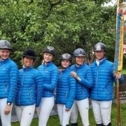 NOEPS VS-Referentin Michi Gross (2. von rechts) freute sich mit ihrem Team NÖ Gelb über Bronze bei der BLMM Vielseitigkeit in Piesendorf. © privat