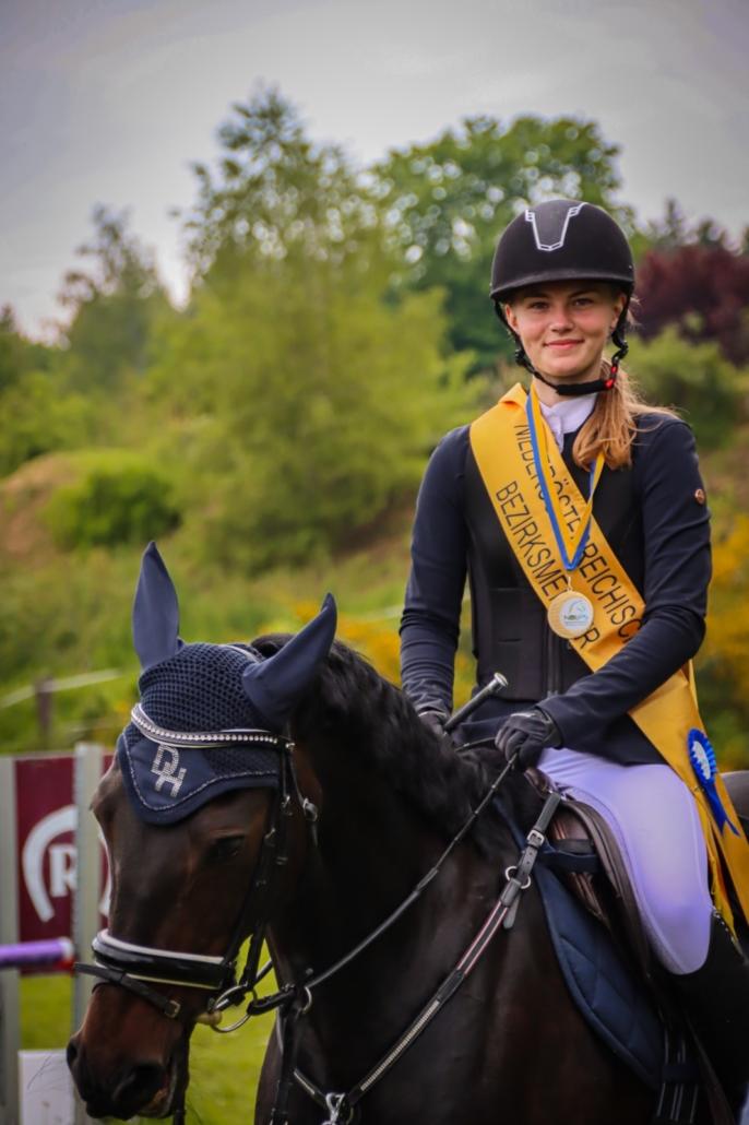 Herzliche Gratulation an die Bezirksmeisterin Junioren Springen Maxime Krüger. © privat