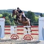 Julia Hinterhofer (NÖ   RV Equus Hatzenbach) und Conssini auf dem Weg zum Sieg im Finale vom ERREPLUS Amateurcup 2021. © HORSIC.com