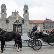 Einsiedler Pferde mit historischem Schweizer Landauer auf dem Klosterplatz Einsiedeln. © Einsiedler Pferde